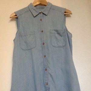 AEO Light Denim Sleeveless Shirt. Sz M